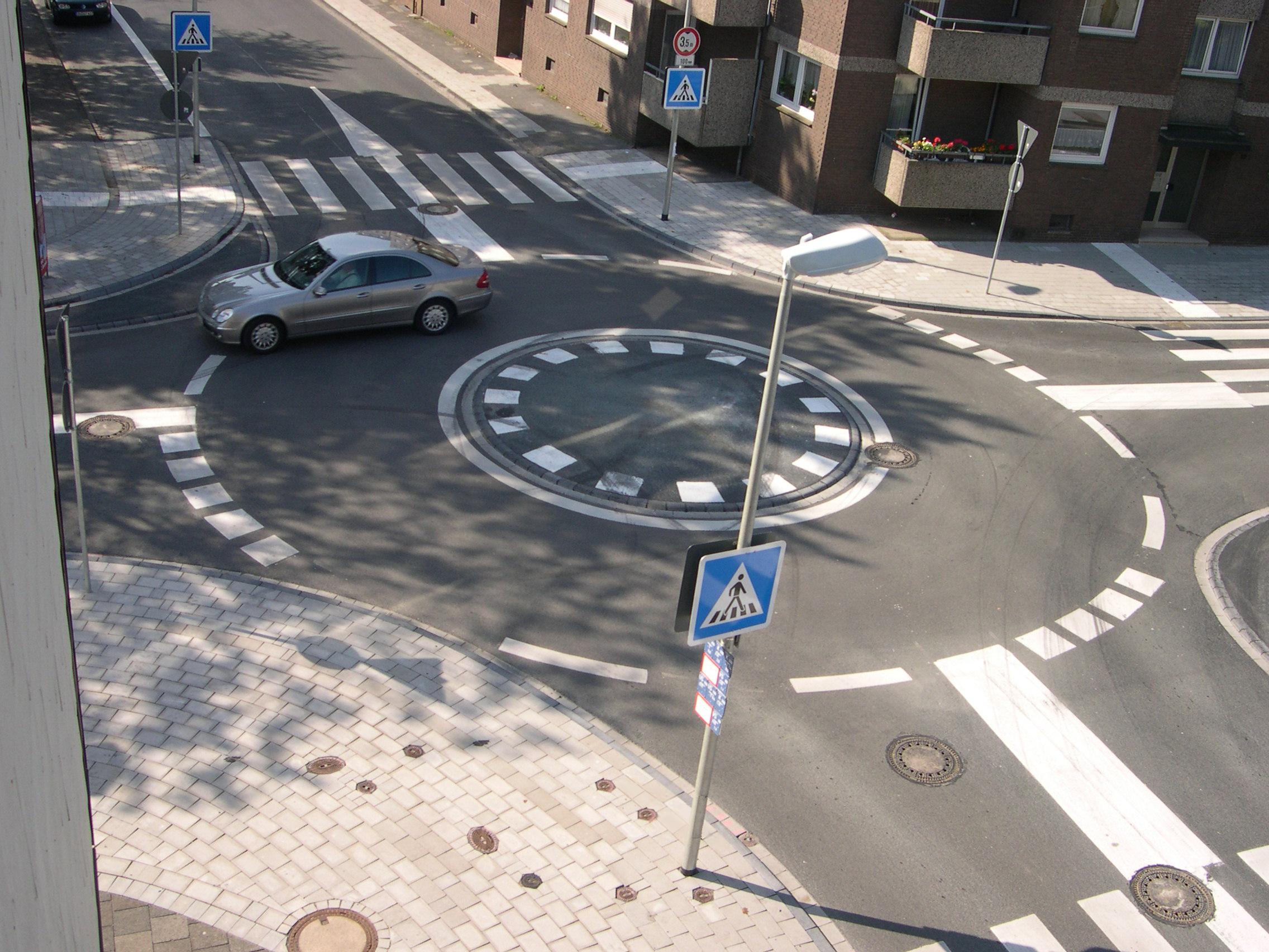Mit Dem Zirkel Geplant Neuer Minikreisel An Der Kreuzung